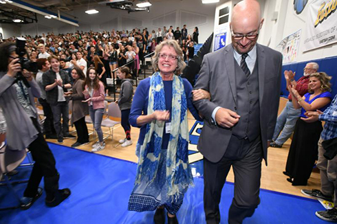 Melody Mansfield Notification As the assembly erupts in a loud standing ovation, Head of School Gary Weisserman escorts 2017 Jewish Educator Award recipient Melody Mansfield to the front of the room.