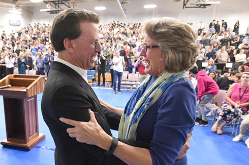 Melody Mansfield Notification Lowell Milken, chairman and co-founder of the Milken Family Foundation, congratulates English teacher Melody Mansfield on her 2017 Jewish Educator Award. An accomplished author in her own right, Mansfield is a passionate advocate for the arts and runs a Writer's Workshop that has been compared with university-level programs.